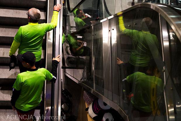 Zdjęcie numer 6 w galerii - SkywayRun 2018. 1000 osób pobiegło w nocy po pasie startowym w Jasionce [ZDJĘCIA]
