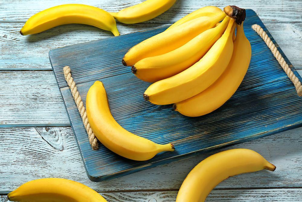 Biorąc pod uwagę przeciętną wagę bananów, mały owoc ma około 70 kalorii, średni banan to około 120 kalorii, natomiast duży banan dostarcza około 135 kalorii
