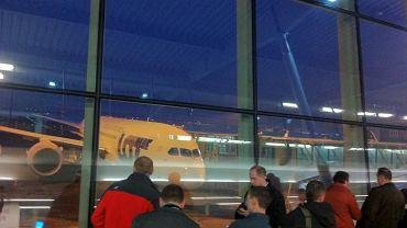 Pasażerowie na Lotniska Chopina czekają na pierwszy rejs Dreamlinera LOT-u do Pragi (14 grudnia 2012 r.)