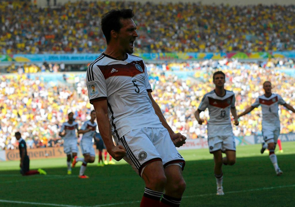 Francja - Niemcy 0:1. Mats Hummels cieszy się z gola