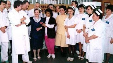 Rok 1994. Klinika Chorób Wątroby w Centralnym Szpitalu Klinicznym w Warszawie przy ul. Banacha. Pacjentka i cały zespół, który dokonał pierwszego udanego przeszczepu wątroby,