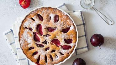 Ciasto ze śliwkami możemy podawać bez dodatków lub z porcją lodów śmietankowych.