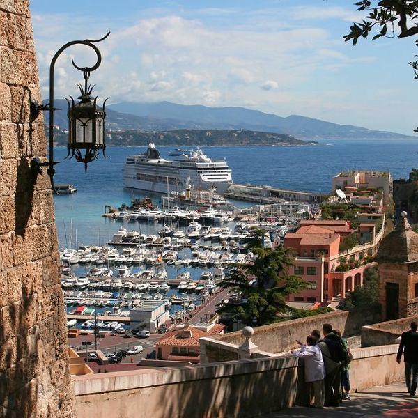 Monako. Miasto-państwo nad Morzem Śródziemnym, leży na Riwierze Francuskiej. W dzielnicy Monako Monte Carlo oprócz znanych na świecie kasyn mieści się też malowniczy port jachtowy.