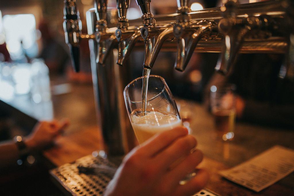 Belgia. Właściciel baru podał piwo klientowi. Skazano go na trzy miesiące więzienia