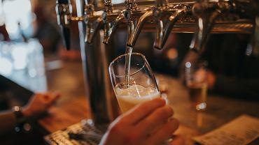 Belgique.  Le propriétaire du bar a servi la bière au client.  Il a été condamné à trois mois de prison