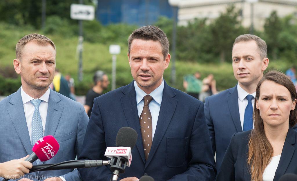 Rafał Trzaskowski, Sławomir Nitras, Cezary Tomczyk i Agnieszka Pomaska w czasie briefingu w czerwcu 2018 roku