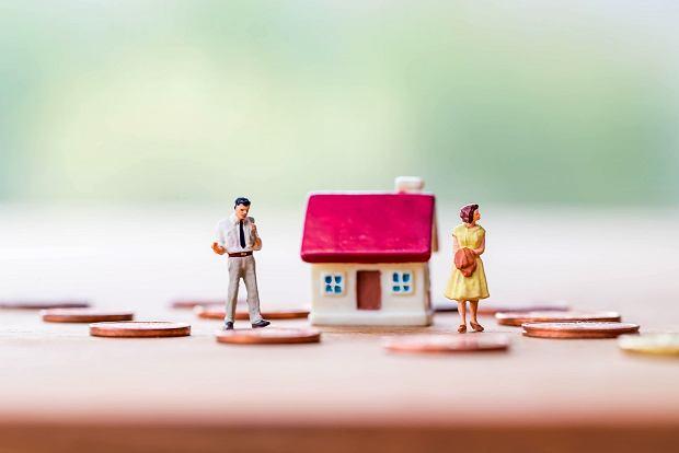 Mąż groził Karolinie, że rozwiodą się z jej winy, ale Karolina ma wujka adwokata. Ustalili, że ona zostanie z domem i kredytem na 28 lat. Męża spłaci / Fot. Shutterstock.com