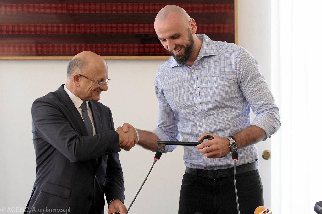 Marcin Gortat odbiera klucze do miasta z rąk prezydenta Lublina Krzysztofa Żuka
