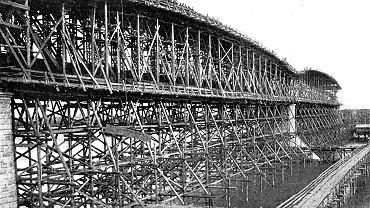 Kolej transsyberyjska przecina 16 wielkich rzek. Budowa mostów stanowiła dla budowniczych magistrali wielkie wyzwanie techniczne, a dla państwa - finansowe. Na zdjęciu budowa największego z nich - na Amurze koło Chabarowska. Miał ponad 2,5 km i przez dziesięciolecia był najdłuższym mostem w Rosji i Azji. Budowa tego mostu zajęła trzy lata, a jego metalowe przęsła powstały w zakładach K. Rudzki i S-ka w Mińsku Mazowieckim.