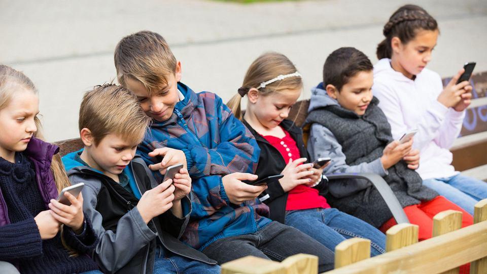 Telefony z dostępem do internetu są coraz powszechniejsze, online są coraz młodsze dzieci