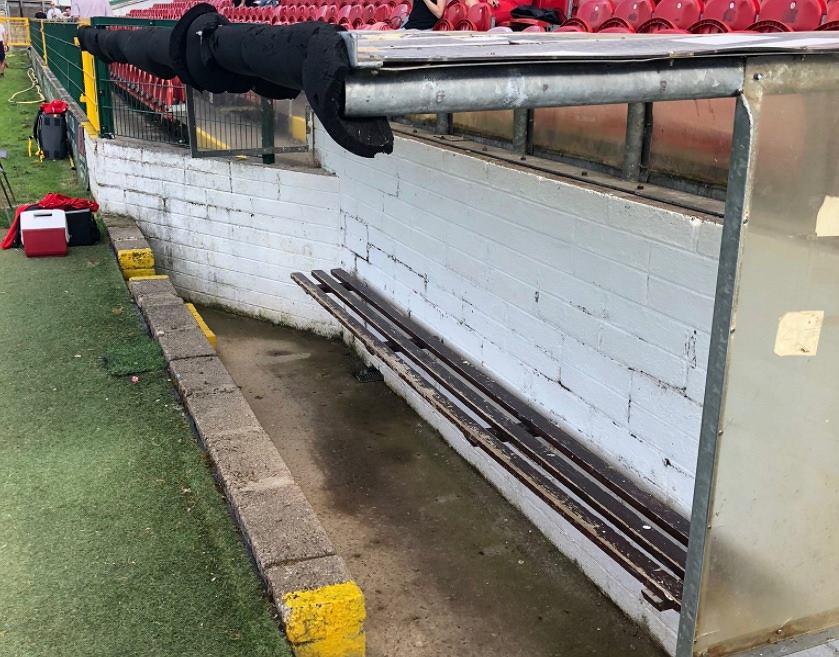 Ławka rezerwowych na stadionie Cork City