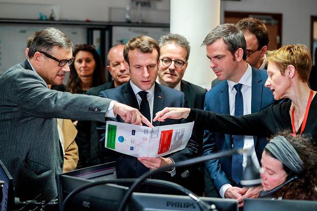 Prezydent Francji Emmanuel Macron podczas wizyty w paryski szpitalu.