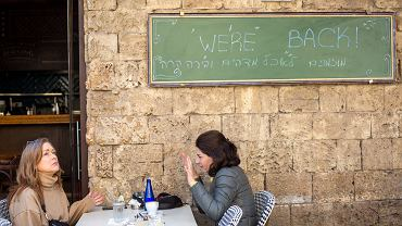 Dzięki udanej kampanii szczepień w Izraelu otwarte są szkoły podstawowe i średnie, bary, restauracje i hotele, można też organizować wydarzenia sportowe. Na zdjęciu: jedna z restauracji w Tel Awiwie, 7 marca 2021 r.