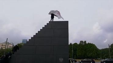 Mężczyzna na pomniku