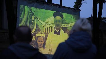 Kielce 15 maja 2019 roku. Projekcja filmu  'Tylko nie nie mów nikomu'  braci Sekielskich przed Kurią Diecezjalną