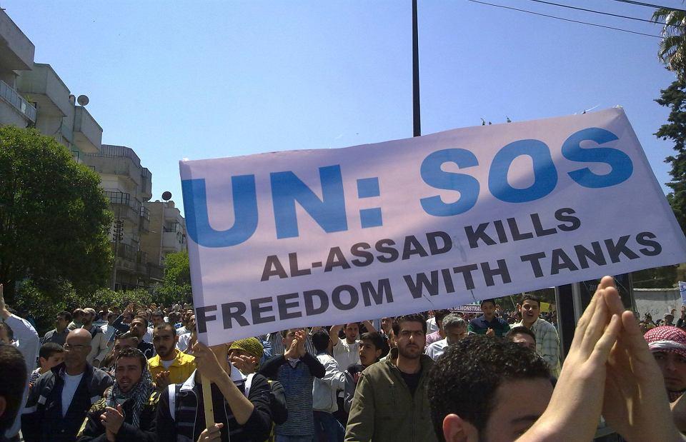 Protest w Homs, maj 2011 r. Wśród dokumentów badanych przez Syryjskie Centrum Sprawiedliwości i Odpowiedzialności są notatki nakazujące 'zrobienie tego, co konieczne' w trakcie antyrządowych demonstracji