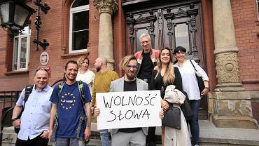 Paweł Jackowski ( z tablicą) przed Sądem rejonowym w Szczecinie. Maj 2018