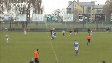 Chuligani wbiegają na boisko przed meczem Narew - Polonia