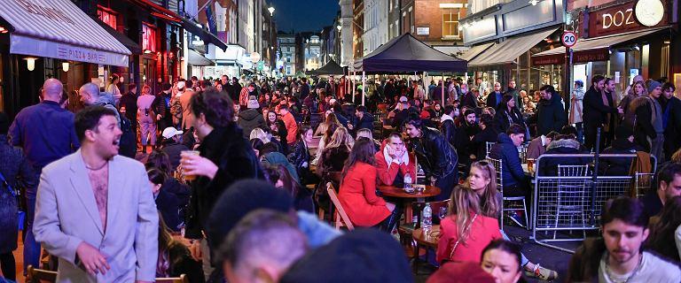 Wielka Brytania. Tłumy na ulicach miast po otwarciu pubów