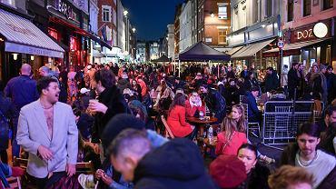 Tłumy w londyńskim Soho w poniedziałek 12 kwietnia po zniesieniu części obostrzeń