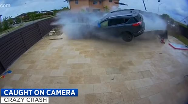 Było blisko tragedii. Toyota RAV4 przeleciała nad ich basenem [WIDEO]