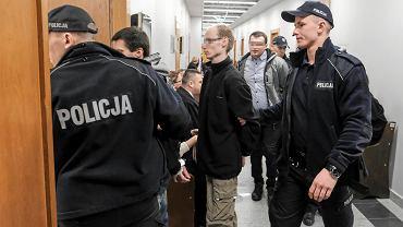 Styczeń 2018 r. Oskarżeni o samosąd w Sierakowie prowadzeni przez policjantów na salę rozpraw