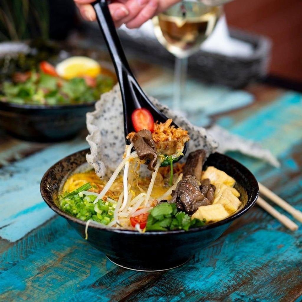 Na Bazarze Różyckiego otwiera się przestrzeń gastronomiczna OFF Brzeska. Danie z Umamitu