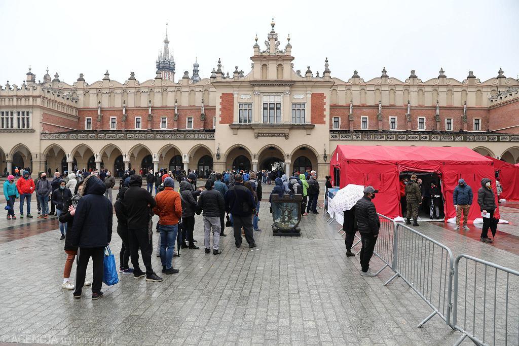 Kraków: kolejka do punktu szczepień przeciwko COVID-19 na Rynku Głównym