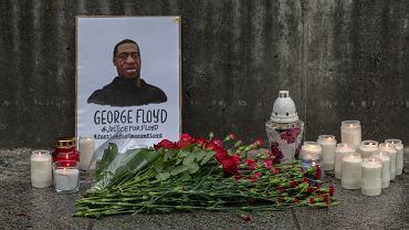 Śmierć George'a Floyda. Kwiaty i znicze pod ambasadą USA w Warszawie