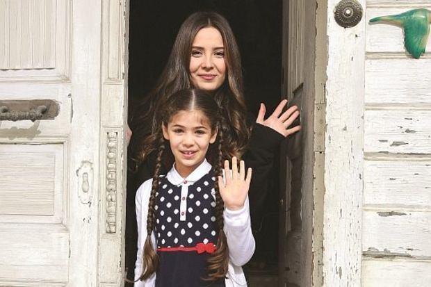 """""""Elif"""". Selin Sezgin znacznie różni się od serialowej Melek Simsek. Aktorka poza planem filmowym nie jest tak skromna"""