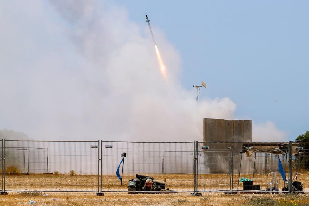 Moment odpalenia antyrakiety Tamir ze stanowiska w pobliżu miasta Aszkelon