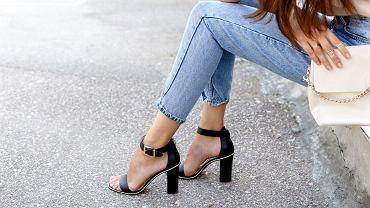 Najmodniejsze buty na lato. Sandały na słupku