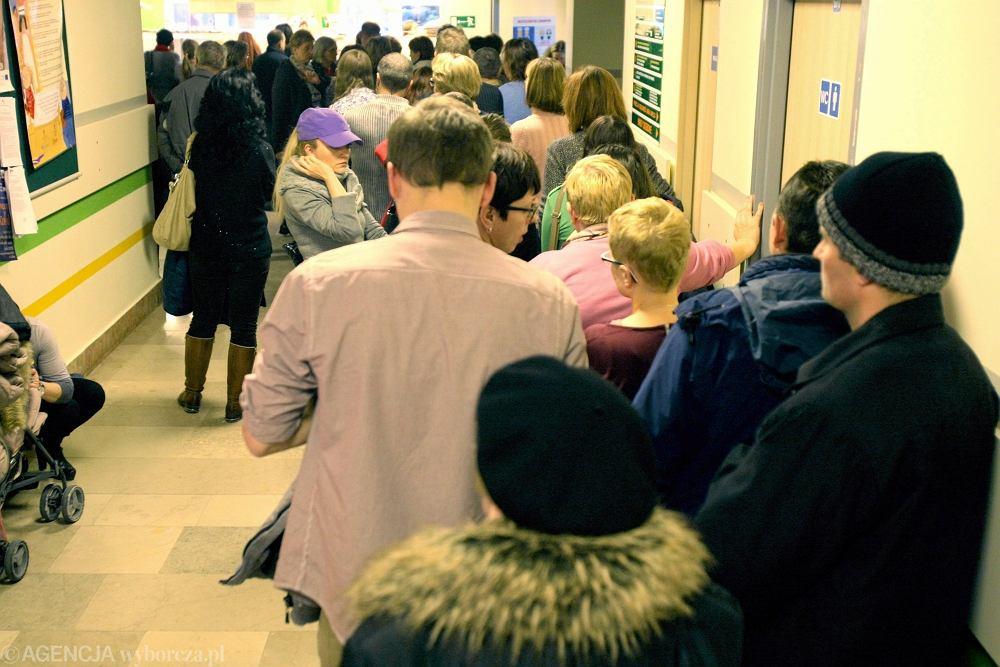 Pacjenci w kolejce do przychodni (zdjęcie ilustracyjne)