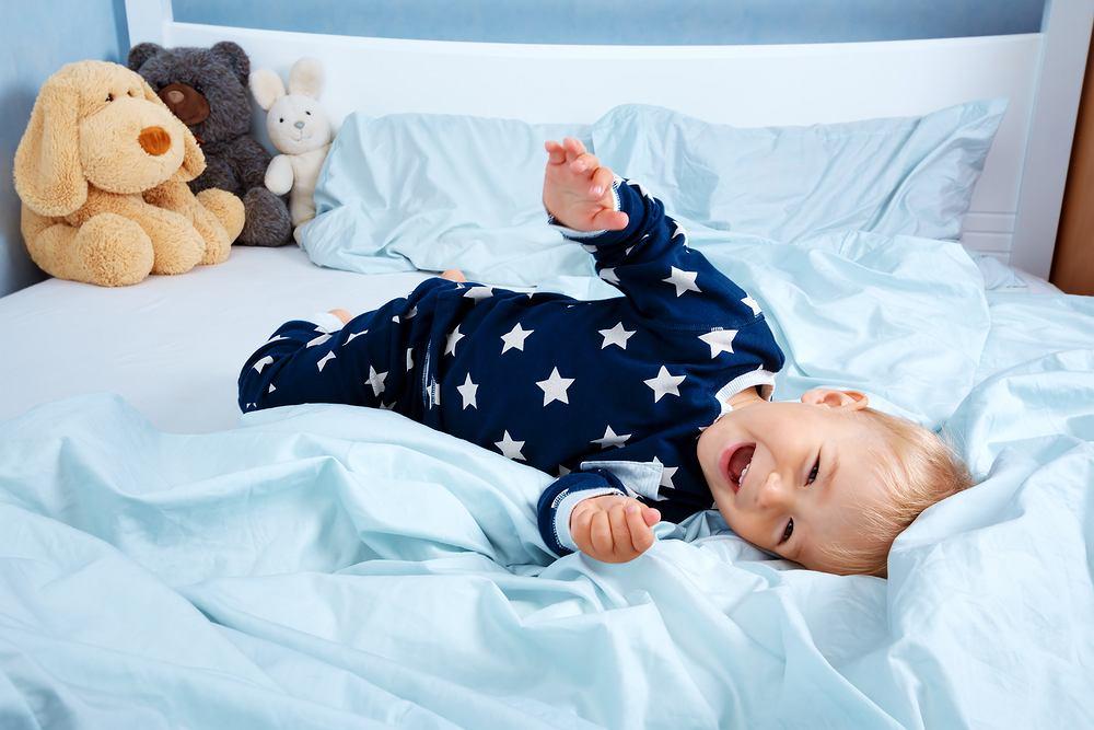 Materac dla dziecka nie może być ani za twardy, ani za miękki. Optymalnym rozwiązaniem jest ten o średniej twardości. Twardy model nie pozwala dziecku wybrać wygodnej pozycji spania i uciska kręgosłup.