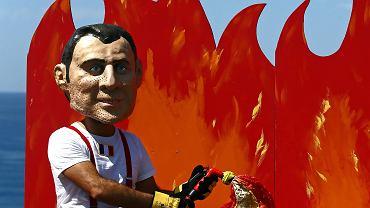 Francuski prezydent Emmanuel Macron zagroził zawetowaniem umowy o wolnym handlu między Unią Europejską a grupą Mercosur zrzeszającą najważniejsze gospodarki Ameryki Południowej. Powodem jest bierność brazylijskiego prezydenta Jaira Bolsonaro wobec pożarów pustoszących Amazonię. Na zdjęciu demonstracja w Biarritz podczas wieczoru poprzedzającego szczyt G7, 23 sierpnia 2019 r.