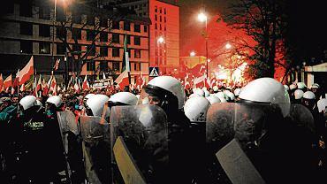 Oddziały policji przed budynkiem ambasady rosyjskiej w Warszawie
