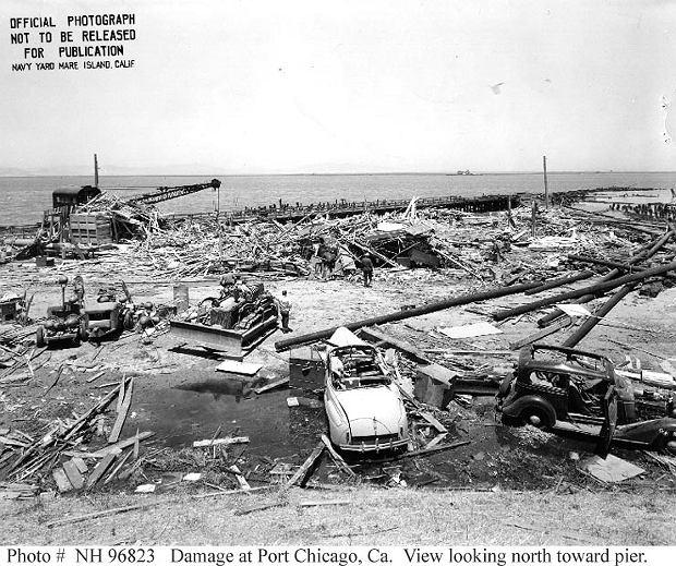 Tyle pozostało po pirsie do ładowania amunicji w Port Chicago. Przed wybuchem na zdjęciu powinny być dwa statki, dźwigi, kilkanaście wagonów, baraki i tłum marynarzy zajętych załadunkiem