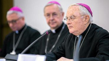 Abp Henryk Hoser podczas konferencji prasowej Konferencji Episkopatu Polski