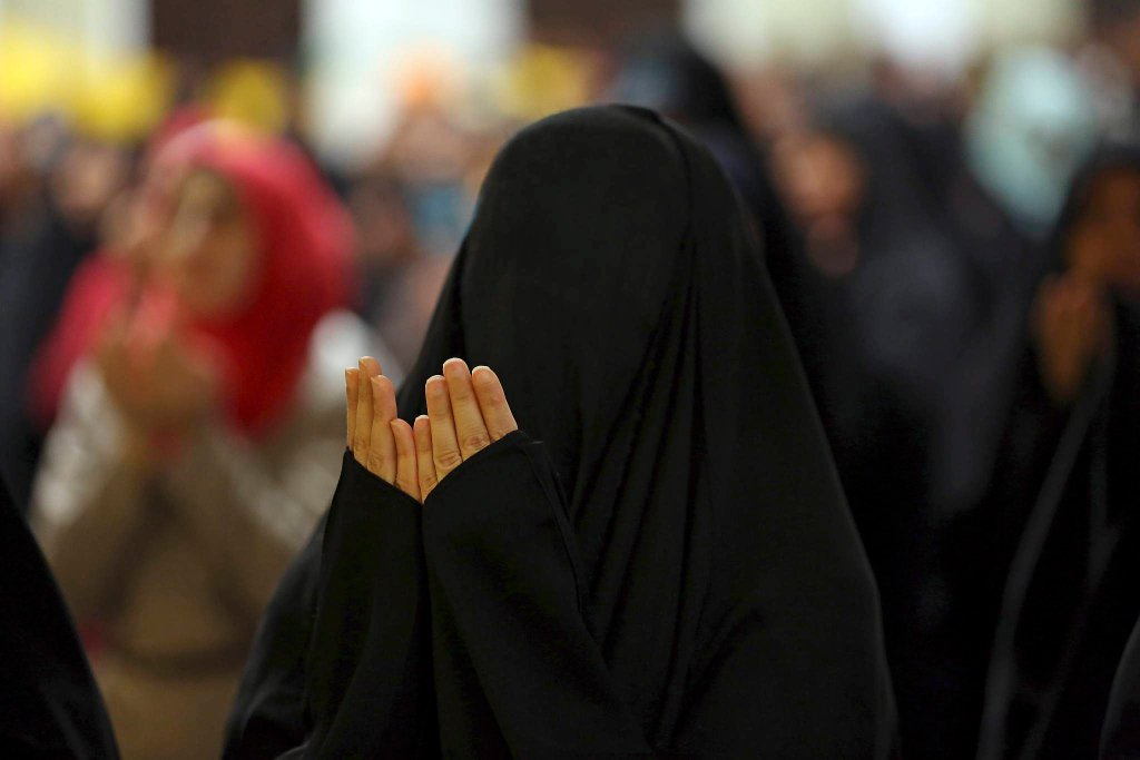 Muzułmanka - szyitka modli się w Bagdadzie