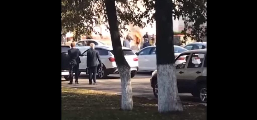 Nagranie z samospalenia mężczyzny przed budynkiem władz państwowych w Iżewsku.