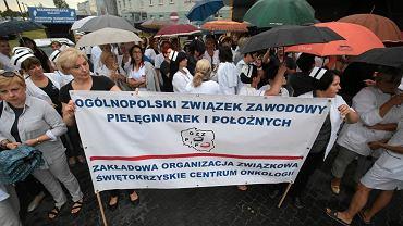 Kielce, 4 lipca 2017. Protest pielęgniarek z OZZPiP przed Świętokrzyskim Centrum Onkologii