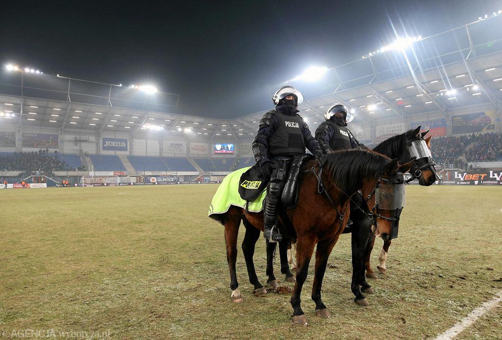 Policja musiała rozpędzać kiboli, którzy przerwali mecz Piasta Gliwice z Górnikiem Zabrze
