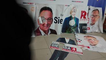 Wybory parlamentarne 2019. Zniszczone banery kandydatów Koalicji Obywatelskiej.