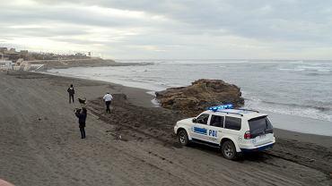 Policjanci na plaży zrobili sobie zdjęcia z nagimi kobietami | Zdjęcie ilustracyjne