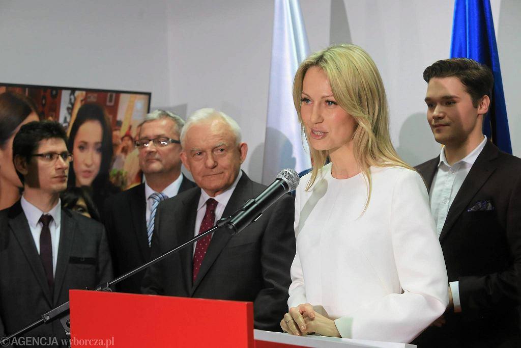 Wieczór wyborczy w sztabie kandydatki na Prezydenta RP Magdaleny Ogórek. Z lewej lider SLD Leszek Miller. Warszawa, 10 maja 2015 r.
