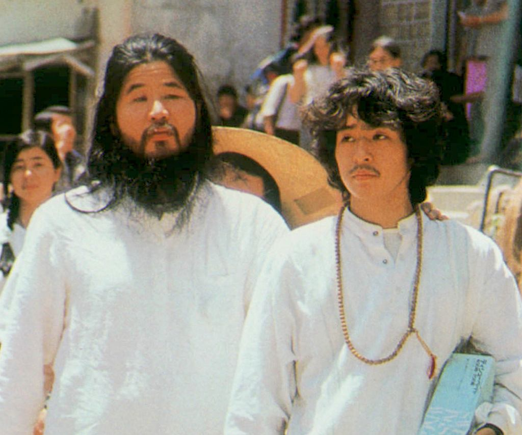 Z lewej guru kultu Aum Shinrikyo: Shoko Asahara, obok Yoshihiro Inoue