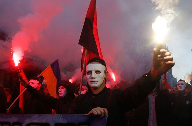 Prawicowi działacze Korpusu Narodowego odpalili race, skandowali 'Chwała Ukrainie!', Fot. Efrem Lukatsky / AP Photo