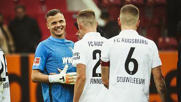 Rafał Gikiewicz (z lewej) po wygranym meczu Augsburga z Borussią Dortmund