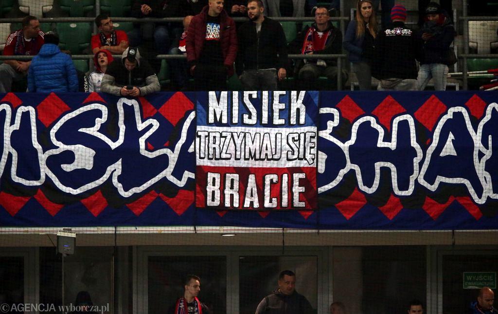 Warsaw Sharks zawsze wspierali Miśka. Tu transparent z października 2018 (fot. Kuba Atys / AG)