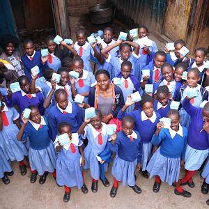 Dziewczęta otrzymujące artykuły higieniczne w ramach projektu Smile Bank współfinansowanego przez Kulczyk Foundation